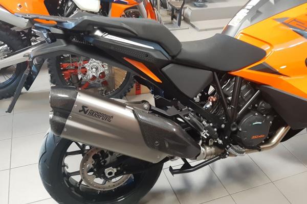 Úprava KTM 1290 Super Adventure s koncovkou výfuku AKRAPOVIČ podľa gusta OKR Moto